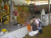 Se faire bénir par un moine
