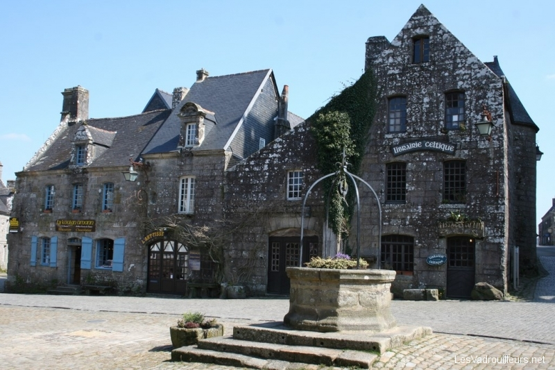 Place et puits au centre de Locronan
