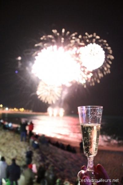 Coupe de champagne au feu d'artifices