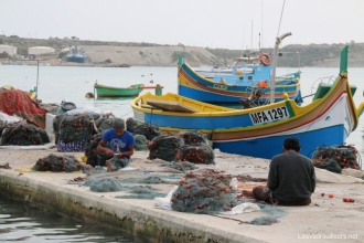 Pêcheurs réparant leurs filets à Marsaxlokk