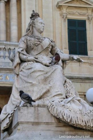 Des pigeons sur la reine Victoria