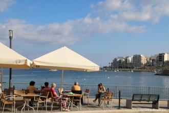 Terrasse de café en bord de mer