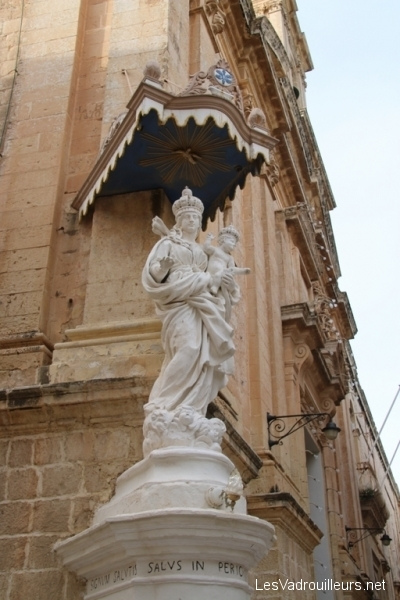 Statue religieuse au coin d'une ruelle
