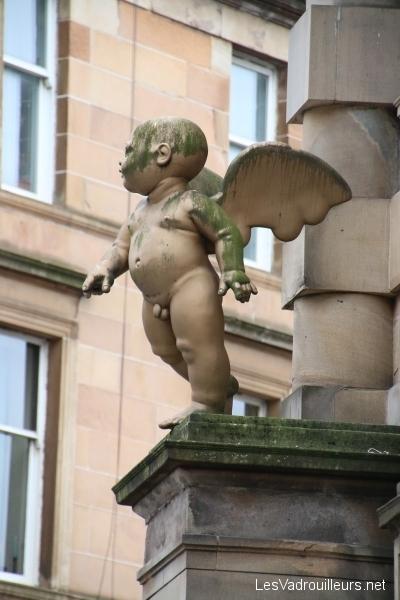 Sculpture angelot façade maison