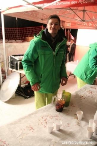 Un vin chaud à l'arrivée au front de neige