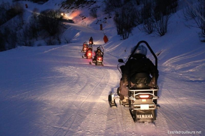 Les motoneiges éclairent le chemin