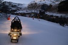 La motoneige se fait sur les pistes de ski