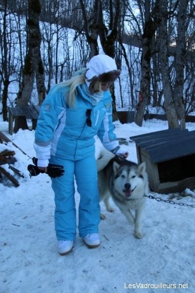 Valérie caresse un chien