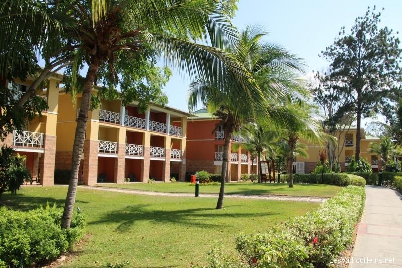 Bâtiment et jardin tropical