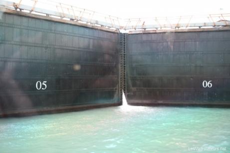 Les énormes portes de l'écluse