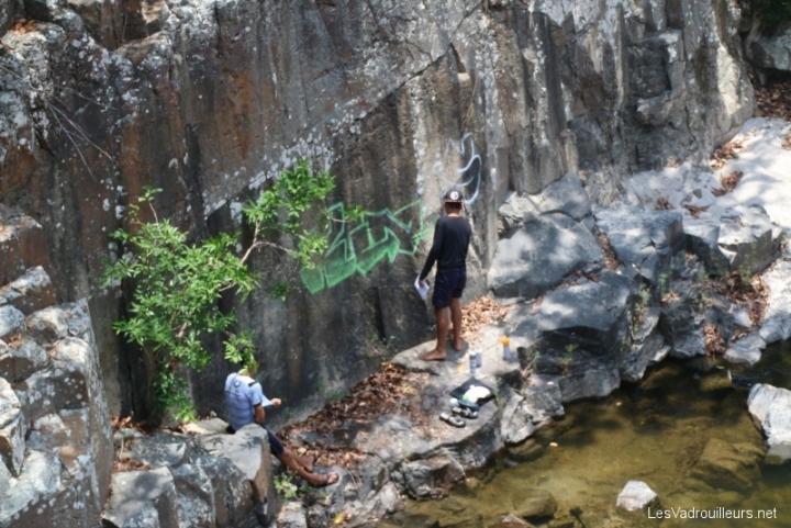 Tag sur la roche près d'un torrent
