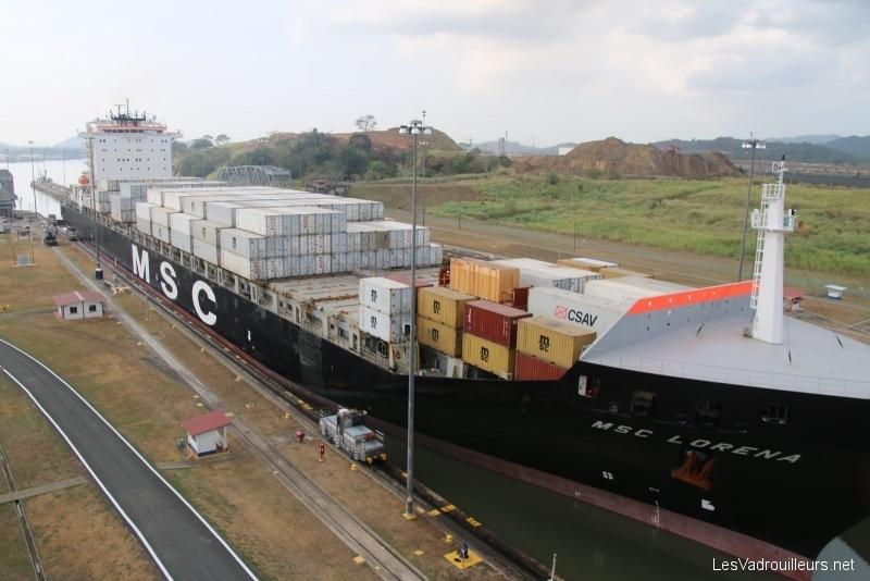 Gros navire dans une écluse