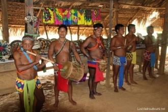 Les hommes jouent de la musique