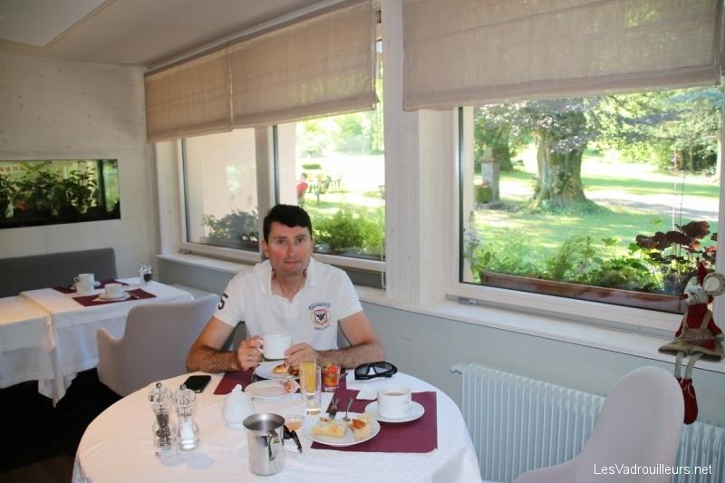 Petit-déjeuner avec vue jardin