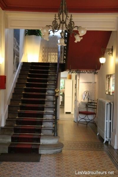 Escalier d'accès aux étages