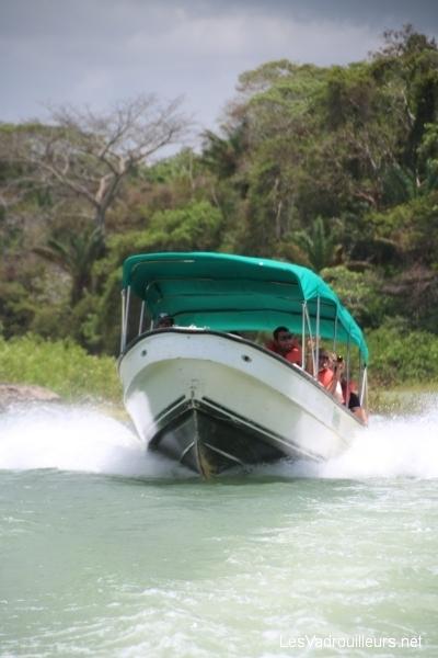 Balade en bateau rapide sur le lac