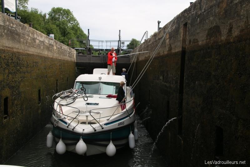 Amarrage de bateau dans une écluse