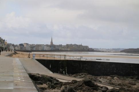 Accès à Saint-Malo par la plage