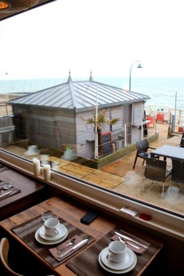 Prendre un petit-déjeuner avec vue mer