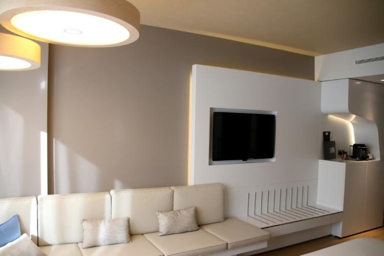 Coin salon et TV de la chambre