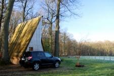 Tipi en bois en pleine nature