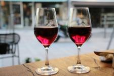 Partager un bon verre de vin de Bourgogne