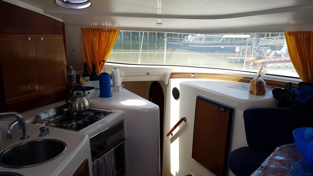 Découvrir la Baie de Somme : cabine intérieure du catamaran