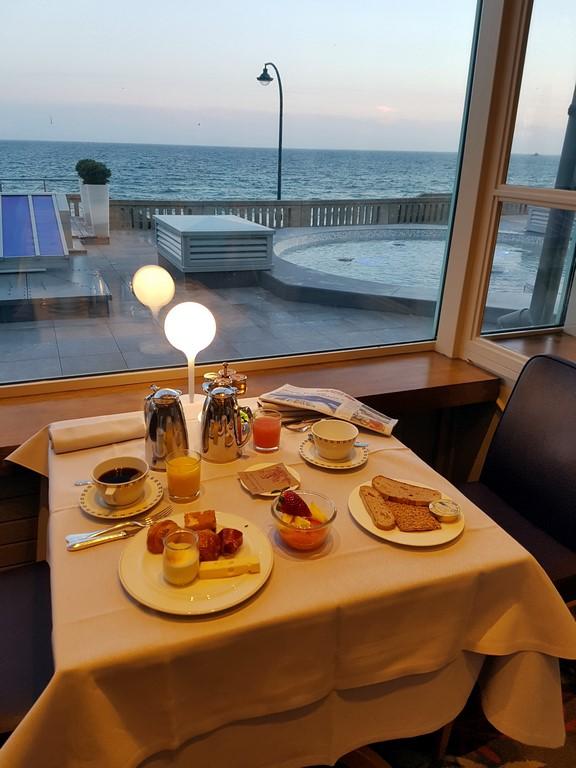 Grand Hôtel des Thermes : petit-déjeuner vue mer