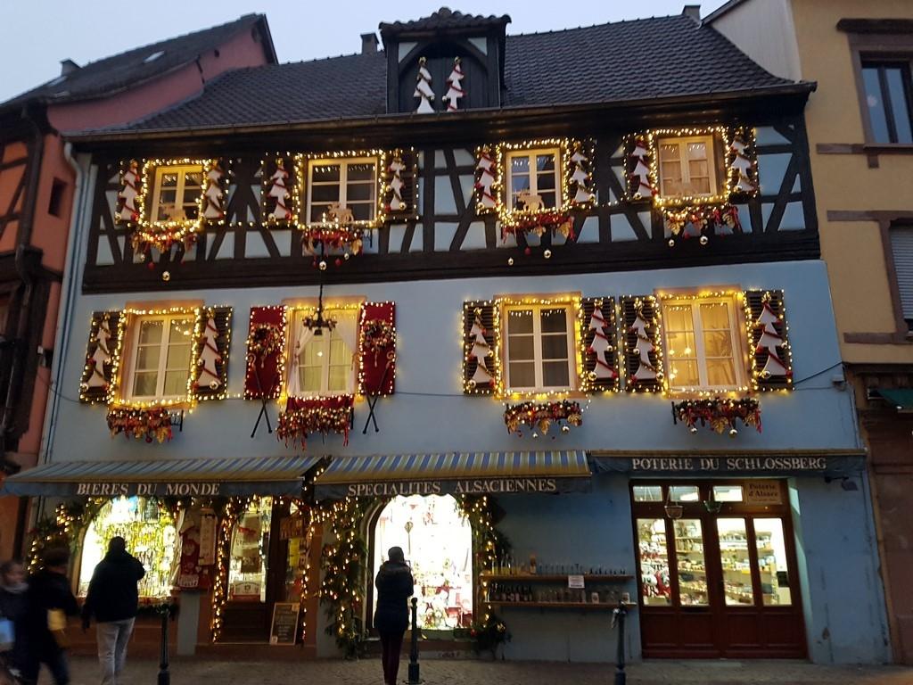 Petite année en Alsace : magasin illuminé à Kaysersberg