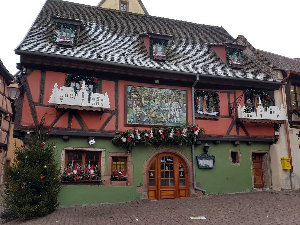 Petite année en Alsace : maison décorée à Riquewihr