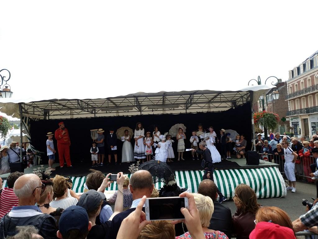 Défilé costumé durant la Fête des Baigneurs de Mers-les-Bains