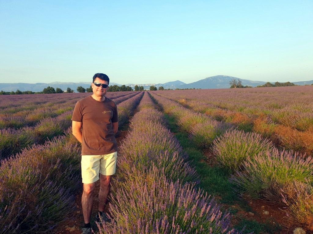 Christophe dans les champs de lavande du Verdon