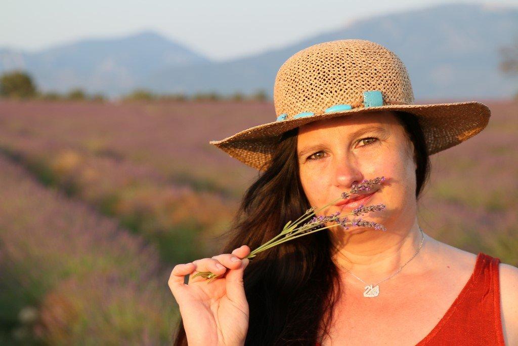 Valérie dans les champs de lavande du Verdon