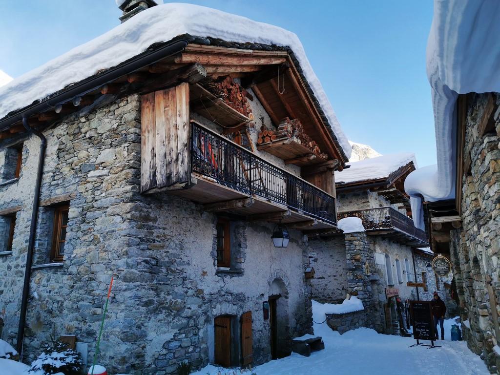 Bonneval sur Arc en hiver : vieux village le jour