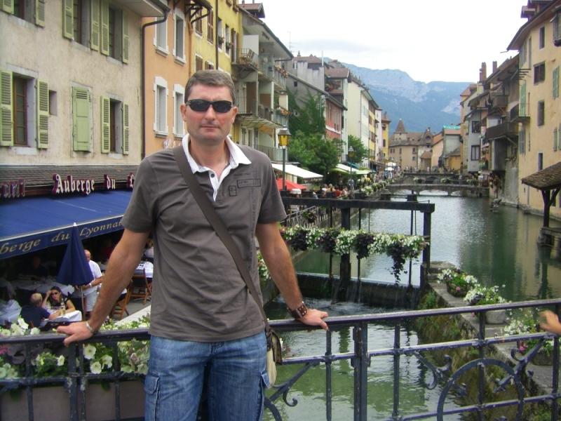 Confidences d'un vadrouilleur sur le pont surplombant le Thiou dans le vieil Annecy